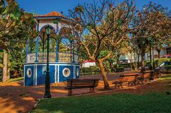 在充分庭院的老五颜六色的眺望台树中间,在São曼纽尔的一个晴天 免版税库存照片