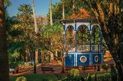 在充分庭院的老五颜六色的眺望台树中间,在São曼纽尔的一个晴天 免版税库存图片