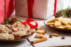 在充分桌上的圣诞节视图礼物和曲奇饼 免版税库存照片