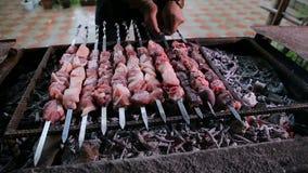 在充分油煎热的煤炭格栅,烤肉党的串的肉在后院 股票录像