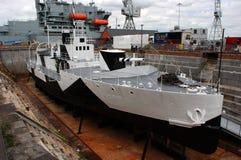 在充分的伪装的第一棵世界大战船HMS会开蓝色钟形花的草在干船坞在波兹毛斯 免版税库存图片