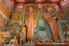 在充分的成长的菩萨雕象和他的在寺庙的追随者 18世纪寺庙内部在斯里兰卡的Dikwella 免版税库存图片