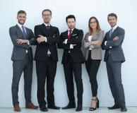 在充分的成长 一起站立一个小组成功的商人 库存照片