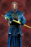在充分的装甲和竹子剑的Kendo - Kendoka 美丽的夫妇跳舞射击工作室妇女年轻人 图库摄影