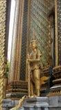 在充分的装饰的金黄Yaksa巨人守卫皇家寺庙的 库存照片