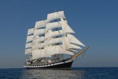 在充分的风帆之下的帆船 免版税库存图片