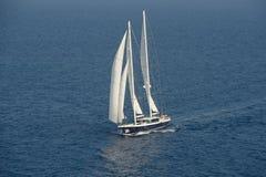 在充分的风帆之下的帆船 图库摄影