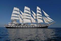 在充分的风帆之下的帆船 库存照片