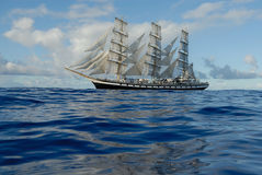 在充分的风帆之下的帆船 免版税图库摄影