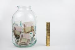 在充分附近金钱是三升瓶子堆硬币 库存照片