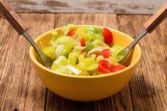 在充分黄色碗的两把叉子菜沙拉 免版税库存照片