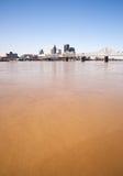 在充斥垂直的地平线以后路易斯维尔肯塔基的泥泞的俄亥俄河 免版税图库摄影