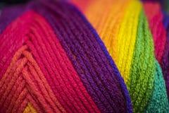 在充满活力的颜色的毛线 免版税库存照片