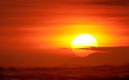 在充满活力海洋的日落之上 图库摄影