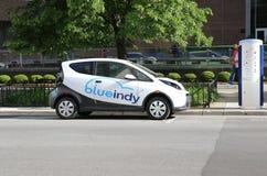 在充电站旁边停放的Blueindy电车 免版税图库摄影