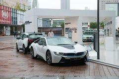 在充电站的插入式混合模型BMW I8 免版税库存图片