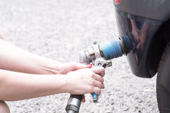 在充满燃料的加油站的汽车 库存照片
