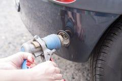在充满燃料的加油站的汽车 库存图片