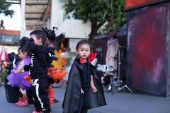 在兆轰隆Na曼谷泰国:佩带万圣夜的小孩打扮使用在舞台 免版税库存图片