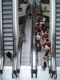 在兆购物中心的上升和下降的自动扶梯在布加勒斯特, 2015年6月19日的罗马尼亚 免版税图库摄影