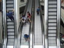 在兆购物中心的上升和下降的自动扶梯在布加勒斯特, 2015年6月19日的罗马尼亚 免版税库存照片