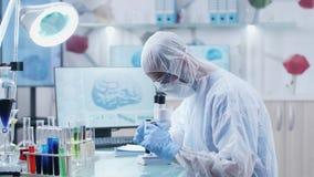 在先进的实验室学习关于脑疾病的科学家 股票视频
