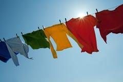 在光亮的星期日的明亮的洗衣店线路 库存图片