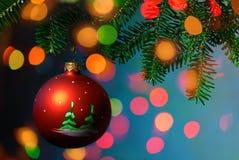 在光亮背景的圣诞树中看不中用的物品 免版税库存照片