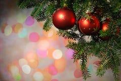 在光亮背景的圣诞树中看不中用的物品 免版税库存图片
