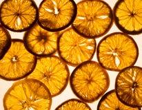 在光亮背景的干燥橙色切片 免版税库存照片