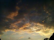 在光和云彩的天空 免版税库存照片