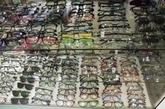 在光学商店构筑眼睛玻璃待售 免版税库存图片