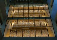 在光拉脱维亚国立图书馆城堡内部空间的亦称书istallation,里加,拉脱维亚,2018年7月25日 免版税库存图片