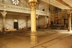 在光沐浴的一间被放弃的西伯来犹太犹太教堂的内部看法 免版税库存图片