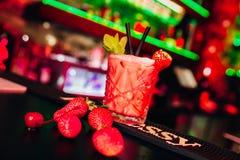 在光的五颜六色的鸡尾酒与美好的bokeh在夜总会服务 免版税库存图片