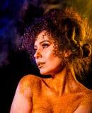 在光秃的妇女的金黄粉末化妆用品担负与装饰 免版税图库摄影