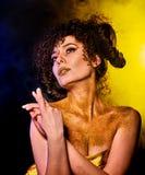 在光秃的妇女的金黄粉末化妆用品担负与装饰 免版税库存图片