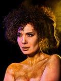 在光秃的妇女的金黄粉末化妆用品担负与装饰 免版税库存照片