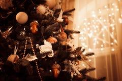 在光背景的美丽的装饰的圣诞树 免版税图库摄影