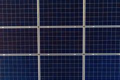 在光致电压的盘区的空中寄生虫视图在太阳农场 库存照片