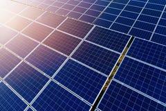 在光致电压的盘区的空中寄生虫视图在太阳农场 图库摄影