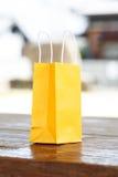 在光被弄脏的背景的一个黄色袋子 库存照片