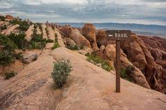 在光滑的岩石飞翅的足迹在拱门国家公园 库存照片