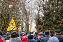 在光滑的木杆在Maslenitsa,人们的传统杆攀登在莫斯科庆祝假日 库存图片