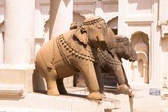 在克久拉霍老Jaina寺庙的大象雕塑  免版税库存图片