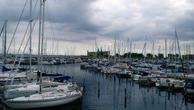 在克伦堡附近的停放的昂贵的游艇在赫尔新哥防御 库存照片