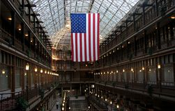 在克利夫兰拱廊的一面美国国旗 免版税图库摄影