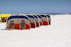 在克利尔沃特海滩的海滩睡椅 免版税库存照片
