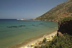 在克利特海岛上的多岩石的海滩 库存照片