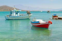 在克利特海岸的小船  免版税库存图片